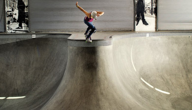 Lizzie Armanto at Vans Combi Pool